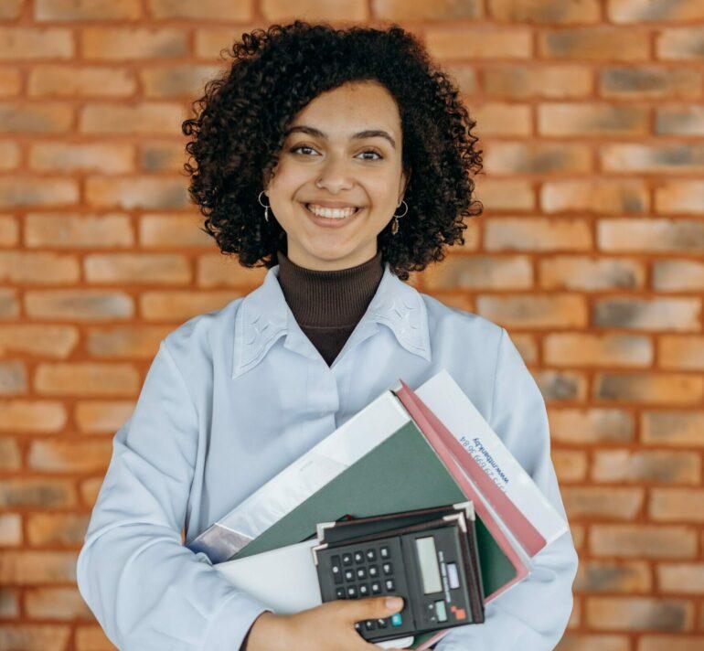Frau mit KMU Buchhaltung